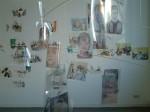 Cony Theis, Zeitrichten Justizia, 2004, Mobile aus Zeichnungen und Aquarellen auf bedruckten Folien, Raumansicht in der Galerie