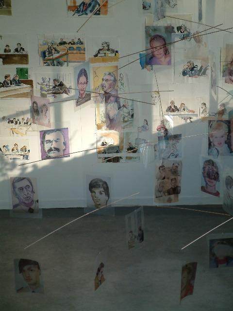 Cony Theis, Zeitrichten, Raumansicht in der Galerie, Mobile und Gerichtszeichnungen, 2004