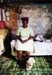 Zwelethu Mthethwa, Project Room 1 (Frau mit Pudel), 1998 Ed.3+2 EA, 120 x 150 cm, C-Print, Diasec; gerahmt