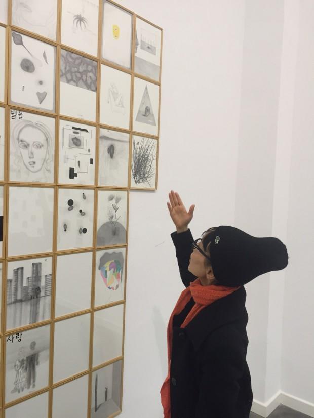 Kyung-Hwa Choi-ahoi vor ihrer Installation der Tagebuchserie Monat September 2015