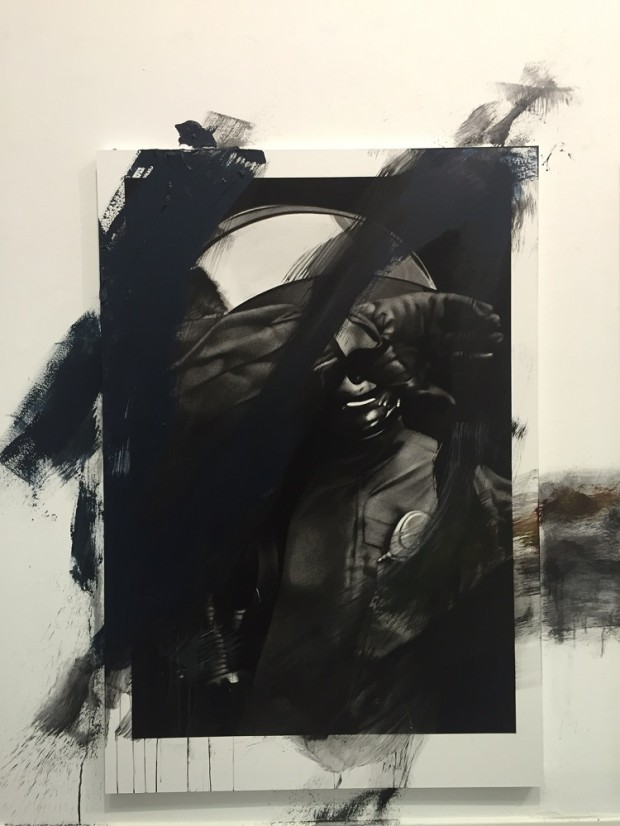 Van der Meulen, Member (Polizist), 2016,  Kohle, Acryl, Papier auf Holz montiert, 190 x 130 cm