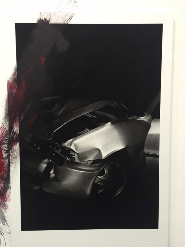 Van der Meulen, Member (Crash), 2016, Kohle, schwarzer Stein, Acryl, Papier auf Holz montiert, 190 x 130 cm