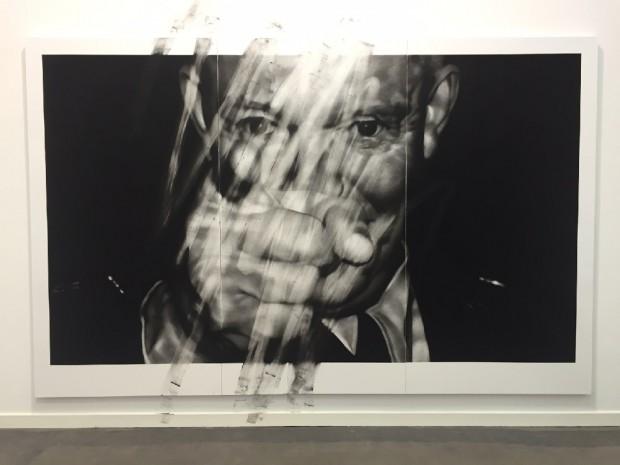Van der Meulen, Remember, 2016, 220 x 346 cm, Kohle, schwarzer Stein, Radiergummi, Papier auf Holz montiert