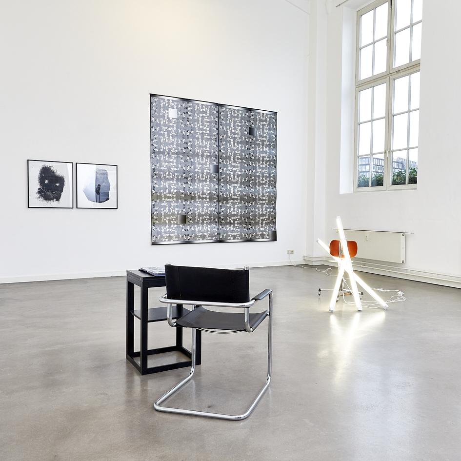 Ausstellungsansicht_im Hintergrund Farideh Jamshidi, TANZ 4, 2020, Inkjet Prints auf Hahnemühle Photo rag Metallic, 225 x 225 cm_9.000€