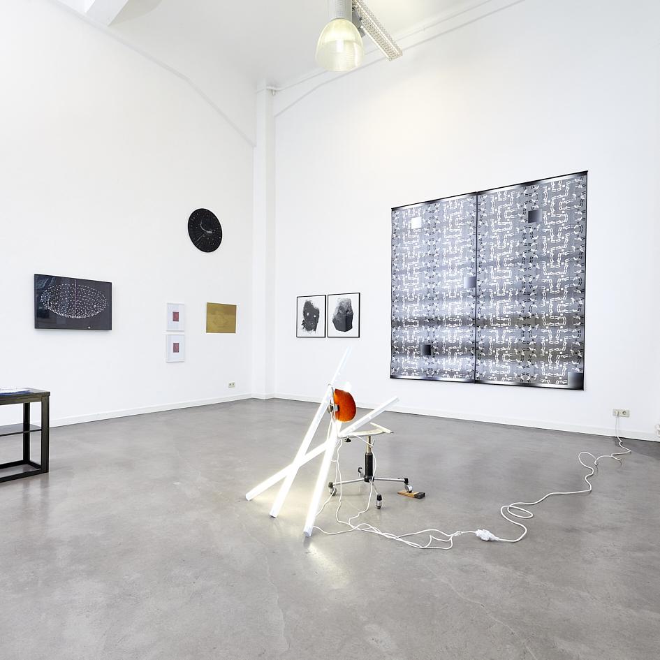 Ausstellungsansicht_im Vordergrund Nir Alon, Playing the Angel, 2020, zerbrochener Bürostuhl, Neonröhren, Holzstopper, 120 x 130 x 130 cm_3.800€