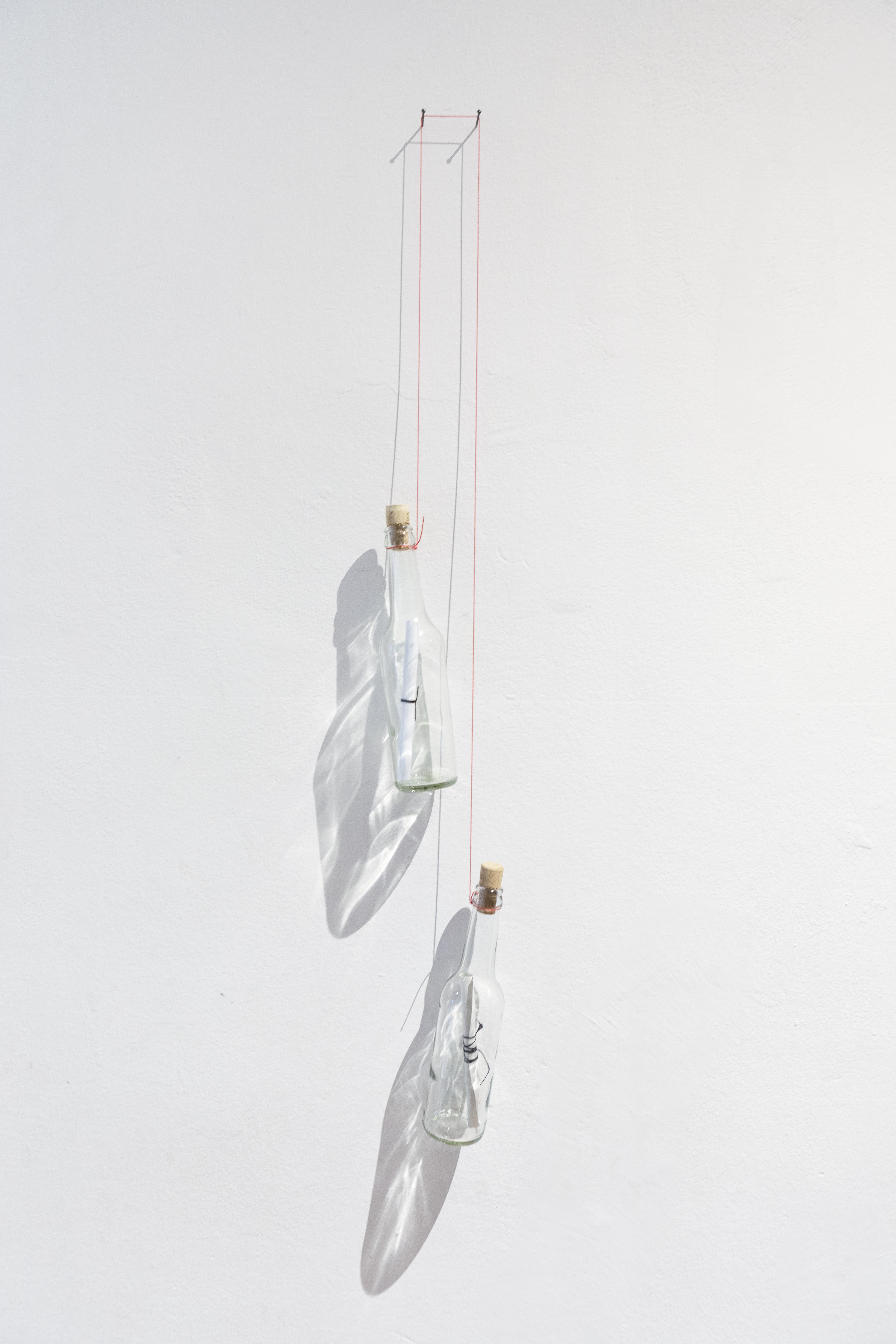 Marcia Breuer, Eine Insel ist immer auch das sie umgebende Meer II, 2020, Objektinstallation mit 2 Glasflaschen, Maurerschnur, 95 x 15 x 6 cm_450€