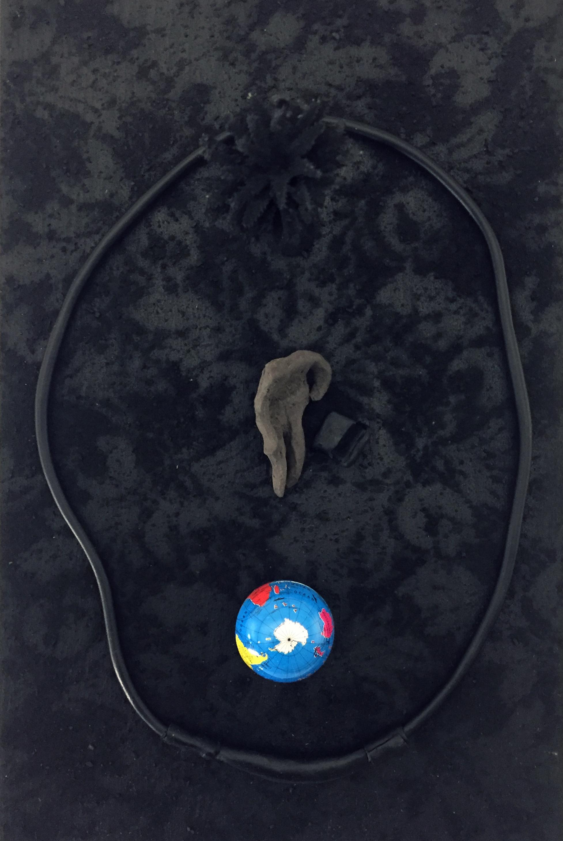 Naho Kawabe, Camera Isolata,2020, Objekt, Holz, Kohle, Ton, Acryl, Plastik, 20 x 30 x 10 cm_950€