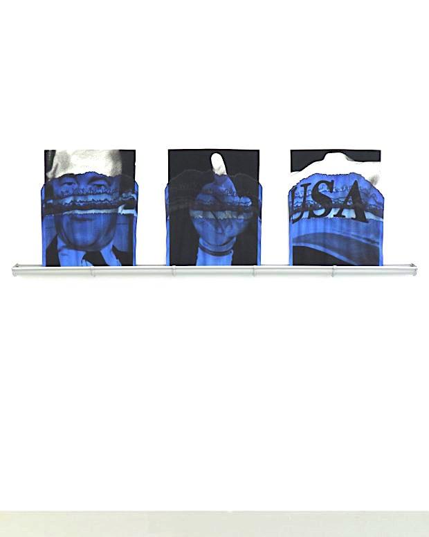 Valentin van der Meulen, Serie Blue, 2018 (Richard Helms, James Lebron, Baseballmütze von Trump), Kohle auf Löschpapier, blaue Tinte, 65 x 60 cm