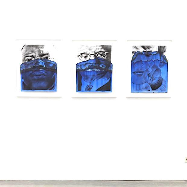Valentin van der Meulen, Serie Deep Blue, 2018, (Mitte: Fernand Pecora,) Kohle auf Löschpapier, blaue Tinte, 65 x 60cm