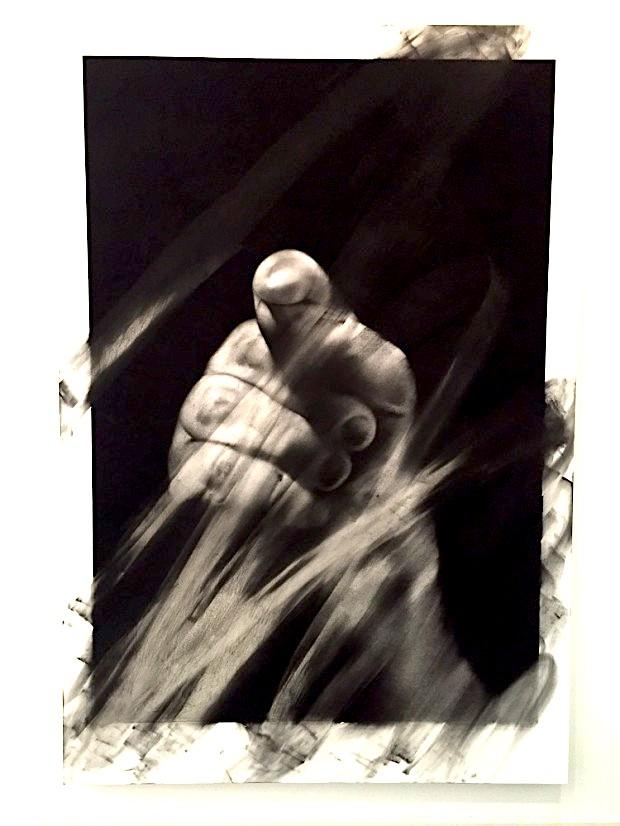 Van der Meulen, Member (Hand), 2016, Kohle, schwarzer Stein, Radiergummi, Papier auf Holz montiert