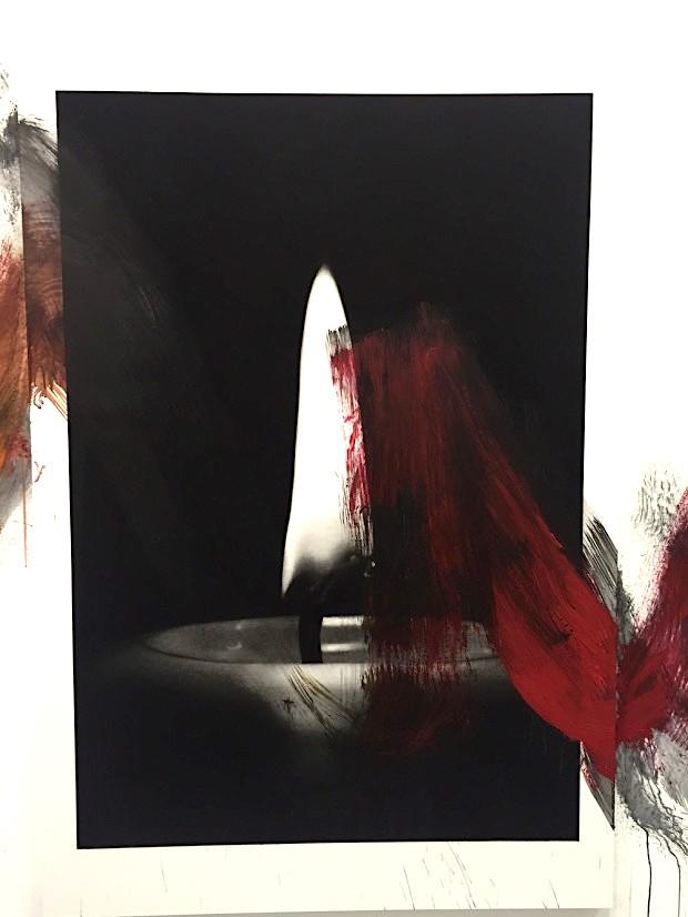 Van der Meulen, Member (Kerze), 2016, Kohle, schwarzer Stein, Acryl, Papier auf Holz montiert, 190 x 130 cm