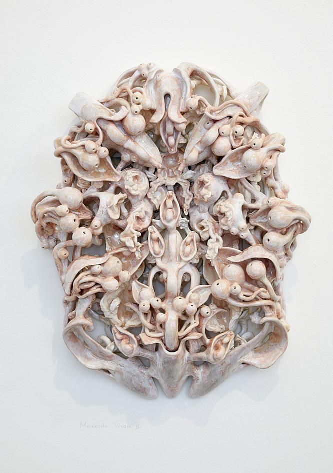 Memento Vivere III, 2021, glasierte Keramik, 87 x 68 x 20 cm