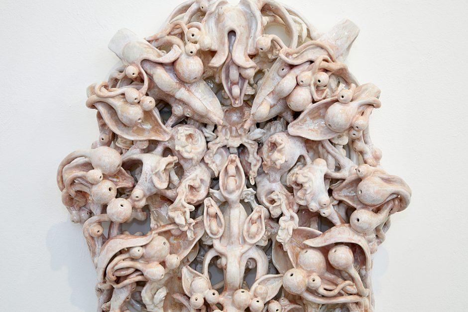 Memento Vivere III, 2021, glasierte Keramik, 87 x 68 x 20 cm (Detail)