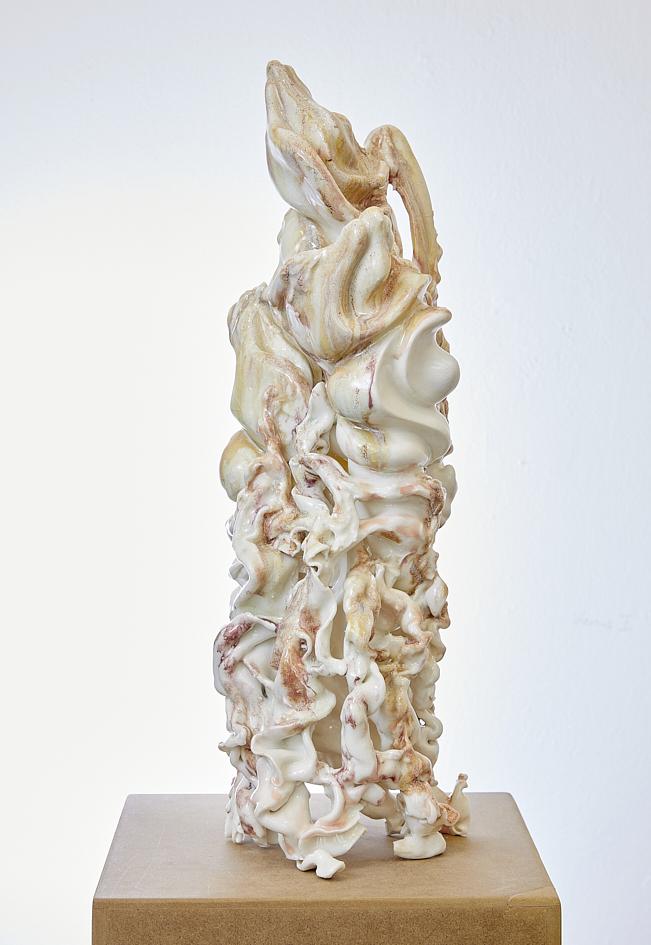 Figurine I, 2020, glasiertes Porzellan, 55 x 21 x 23 cm