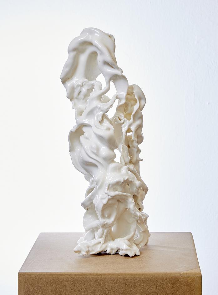 Figurine II, 2020, glasiertes Porzellan, 20 x 18 x 34 cm