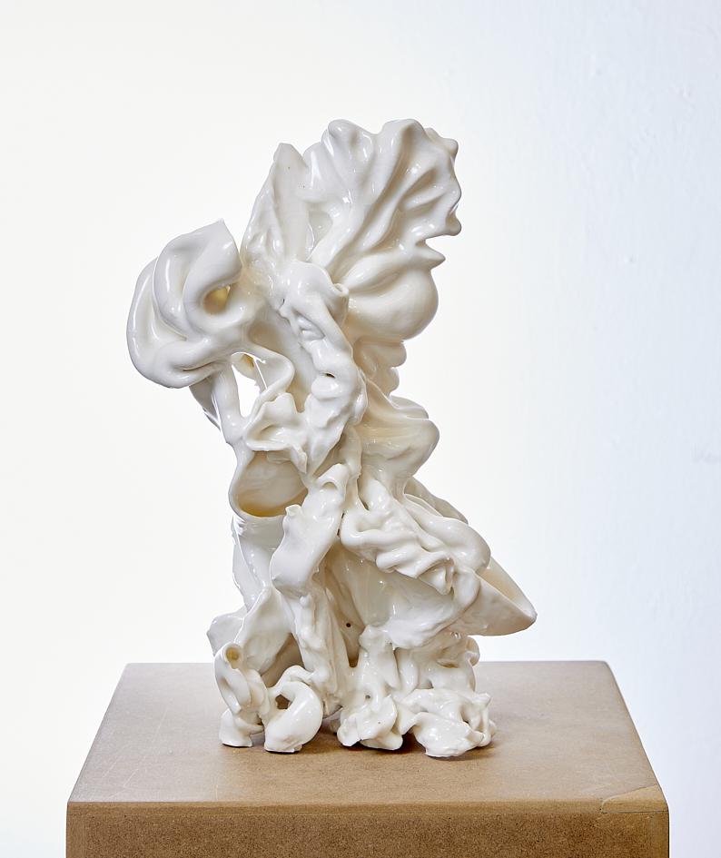 Figurine III, 2020, glasiertes Porzellan, 30 x 20 x 20 cm