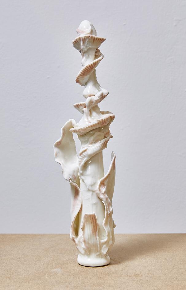 Serie Statuettes, 2021, glasiertes Porzellan, zwischen 25 und 70 cm h